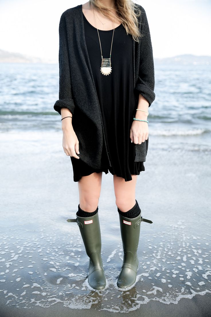 hunter boots, fall outfit idea, chilly day at the beach, fall fashion, street style, san francisco, dark olive hunter boots, slouchy sweater, dress and hunters, socks and hunter boots
