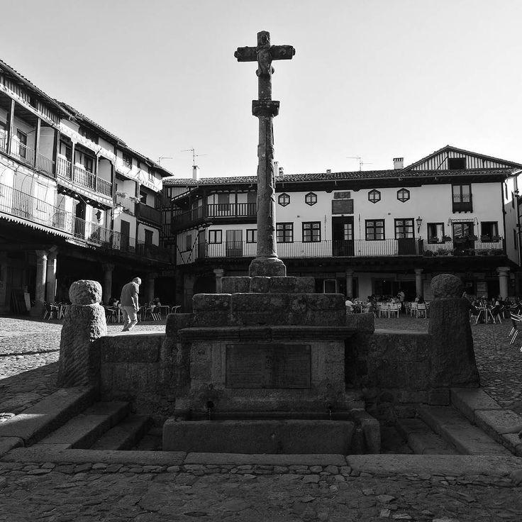 Plaza de La Alberca  #laalberca #salamanca #turista #bw #blancoynegro #abuela #streetphotography #takenwithhuaweismartphone  #huawei #huaweiessence #huaweip9