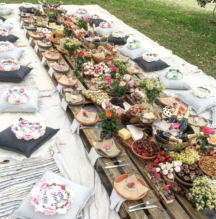 """Yesterday's """"Flower power"""" picnic in the park... Just incase y'all wanted to see it a little more up close... ❤️#sarahglovercatering #outdoorlife #eatoutside #picnic #wedding"""