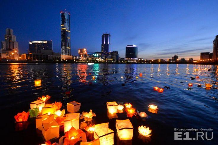 """Удивительно красивое и романтичное зрелище: городской пруд """"зажгли"""" водными фонариками"""