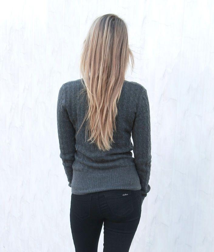 Klasyczny sweter w kolorze szarym z dekoltem w serek.