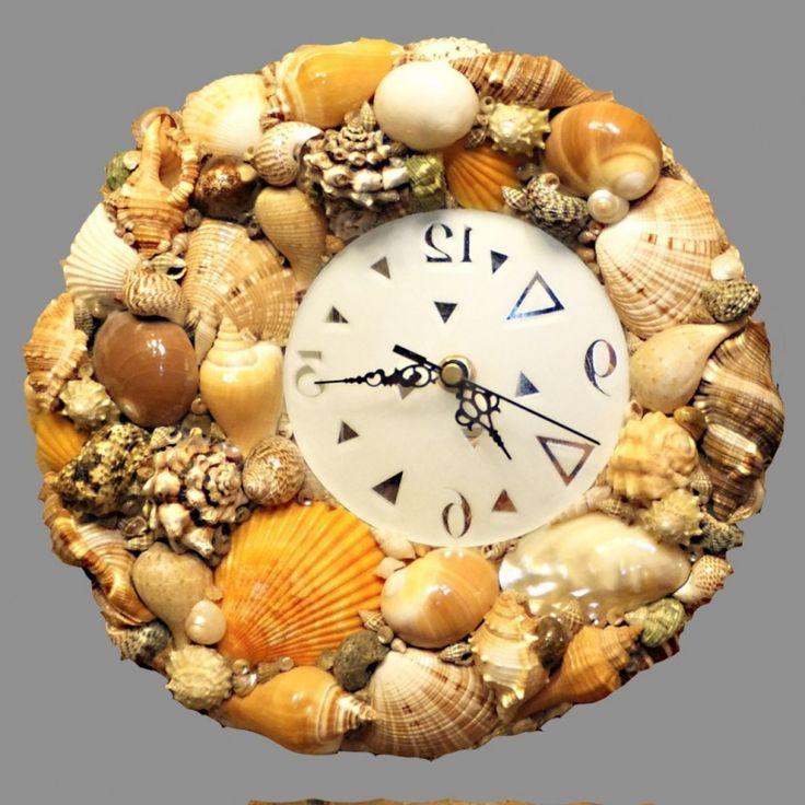 Часы, декорированные морскими раковинами