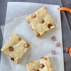 Chocolate chip cookie bars with vegetable oil instead of butter. They are chewy and taste like cookie dough!
