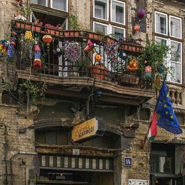 Szimpla Ruin Bar, Budapest #szimpla#budapest #hungary #europe #city #cityscape #ruinbar #urban #architecture #pub #travelphotography #traveleurope #travel #igbudapest #ighungary #igeurope #igphoto #ignikon #igtravel #landmark #tourism #beer