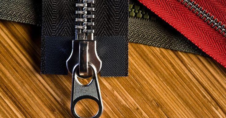 Como trocar puxadores de zíper. Um puxador de zíper quebrado na sua calça, vestido ou bota preferida pode parecer o fim do mundo. É fácil achar que sua peça de roupa predileta está arruinada para sempre por causa da perda de um simples puxador. Entretanto, trocá-lo é um dos reparos mais fáceis que você pode fazer em casa. Com as ferramentas certas e alguns minutos de tempo livre ...