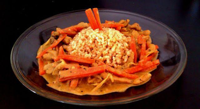 Thai sárga curry csirkével, kókusztejjel és zöldségekkel