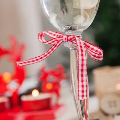 Ce magnifique ruban vichy rouge est une pièce essentielle pour un Noël à la campagne ou rustique Il est parfaitement coordonné à notre ambiance de Noël au chalet.   De plus, vous pouvez vous en servir à volonté pour le nouer sur un verre, empaqueter les cadeaux ou encore comme rond de serviette, Soyez créatif !