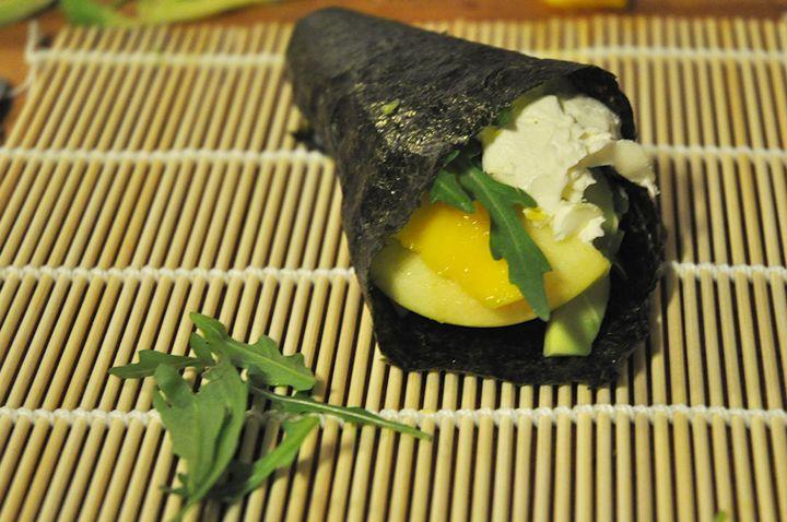 temaki, cone que se enrola com as mãos (te = mão) Ingredientes: - Maçã, Manga, Abacate, Rúcula - Queijo Filadélfia para barrar - Arroz de sushi (preparado) - Alga nori - Água Como preparar o arroz?...