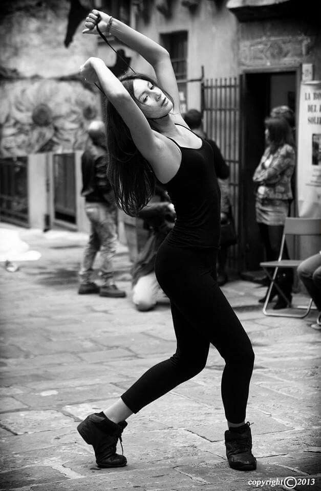 26/10/2013 Genova,  piazza trogoli santa Brigida  Installazione artistica 365 suicidi atto primo dedicata alle vittime della crisi economica.  Installazione ideata e realizzata dall'artista Nicola Soriani  Nello scatto, una delle ballerine della scuola di danza LA PUNTA di Genova,  inscenano il suicidio.