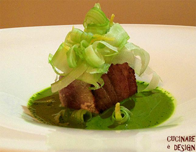 Tonno crudo e cotto, salsa di lattuga, sedano croccante e limone candito. Vedi ricetta su cucinaredesign.blogspot.it