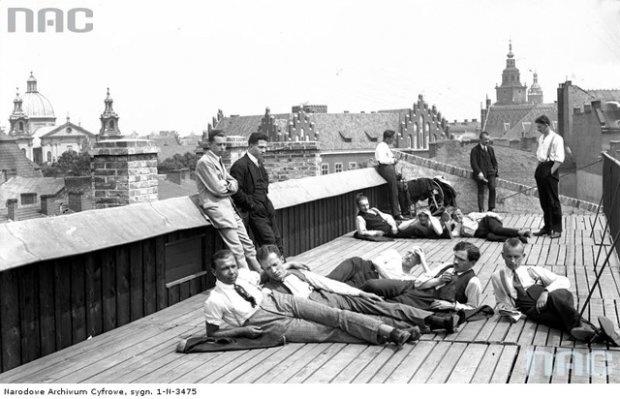Rok 1925. Studenci na dachu I Domu Akademickiego w Krakowie