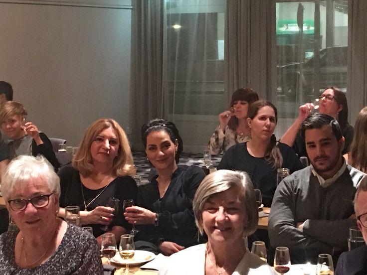 Lördagen den 21 januari, anslöt sig ett glatt gäng till loungen vid Scandic Grand Örebro för en Ost och vinprovning. Väl till bords hade deltagarna ett kuvert uppdukat med 4 olika osttyper, kex samt och lite marmelad som skulle avnjutas till 4 viner av olika karaktär. Kombination 1: Romio Prosecco och La Tur Efter en kort presentation av ost och vin i allmänhet och dess produktion och kultur, inledde vi …