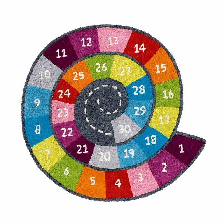 Un joli escargot pour jouer à la marelle sur les 30 cases de couleurs vives et acidulées. Ce tapis dynamise la décoration de la chambre de votre enfant et lui propose aussi un espace ludique.