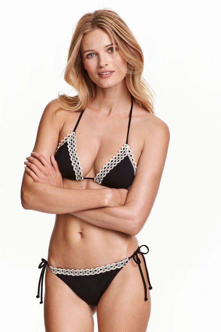 Dół od kostiumu: Majtki bikini w całości z podszewką i z koronkowym brzegiem u góry. Niska talia i wiązanie po bokach.
