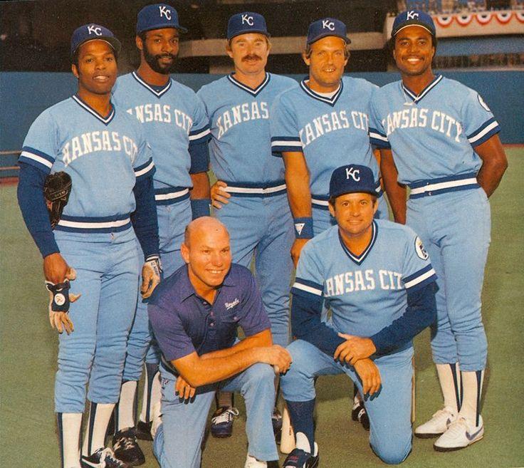 Kansas City Royals - Hal McRae, Willie Wilson, Dan Quisenberry,George Brett, Frank White junto al Trainer y el Manager Dick Howser.(1982) Visit us on Facebook at:  https://www.facebook.com/KansasCityMissouriLife/