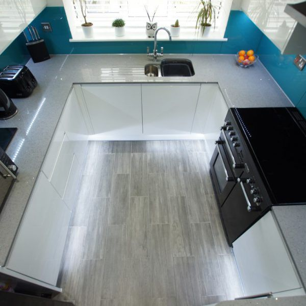 This classy U shape kitchen features the Grigio Medio Stella. It looks amazing next to the white gloss cabinetry and the bright blue splashbacks.