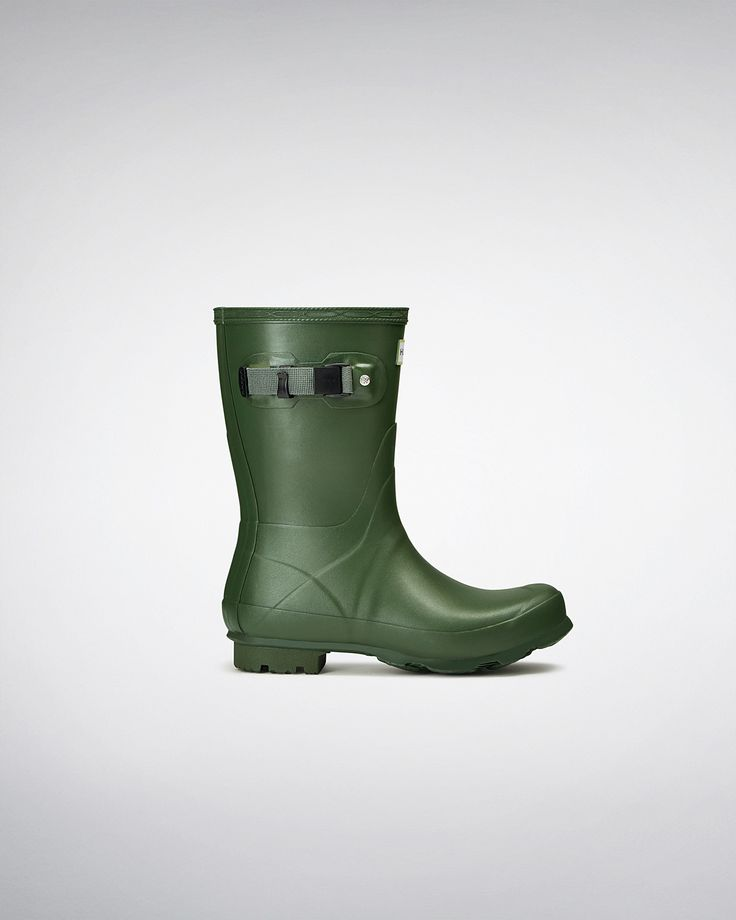 Named after Hunter's founder, Henry Lee Norris, this women's short welly boot is built for sustained use on varied terrain.