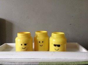 Lego potjes om te gebruiken als pennenbakje... nodig: groentenpotjes, gele verf van de Hema en een zwarte marker...