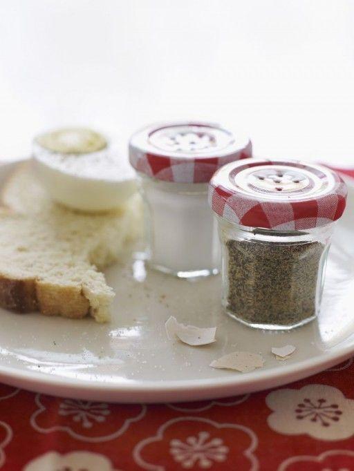 Die schattige peper- en zoutvaatjes maak je gewoon zelf. Van ieniemienie jampotjes.