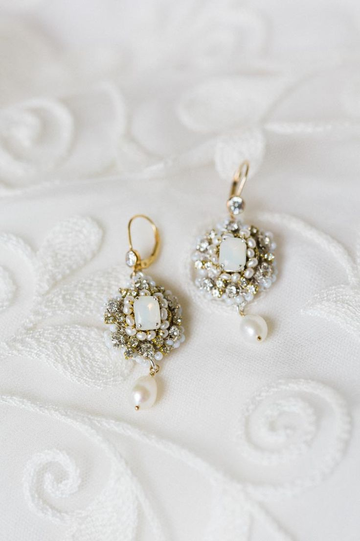 Today I would like to introduce you to one of my favourite finds of late, and one of Chic Vintage Brides newest sponsors, Edera Jewlery and…