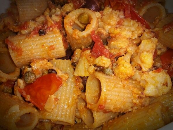 Mezzemaniche integrali con cavolo stufato, datterini, capperi ed olive nere