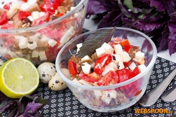 Салат с брынзой ржаными сухариками помидорами и базиликом