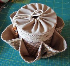 Este pote organizador é uma gracinha, e tem mil ultilidades. Guarda desde os materiais para costura, tricô, crochê, á maquiagens e talher...