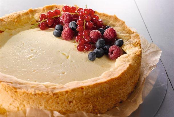 Juustokakku eli cheesecake on maukas amerikkalainen leivonnainen. Juustokakun voi tehdä tuorejuustosta tai maitorahkasta, kuten tässä. http://www.valio.fi/reseptit/sitruunainen-cheesecake/