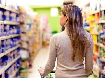 Ваши права в супермаркете  При входе в супермаркет покупатель не обязан сдавать свои сумки. Личный досмотр сумок охрана магазина проводить не вправе.   Обычно всех посетителей в магазине, кафе или театре встречает надпись, что «за оставленные вещи администрация ответственности не несет». И если что-то пропадает, на все один ответ: «Мы вас предупреждали». Но на самом деле администрация несет ответственность и обязана возместить весь ущерб (ст. 924 ГК РФ).   Никто не может заставить покупателя…
