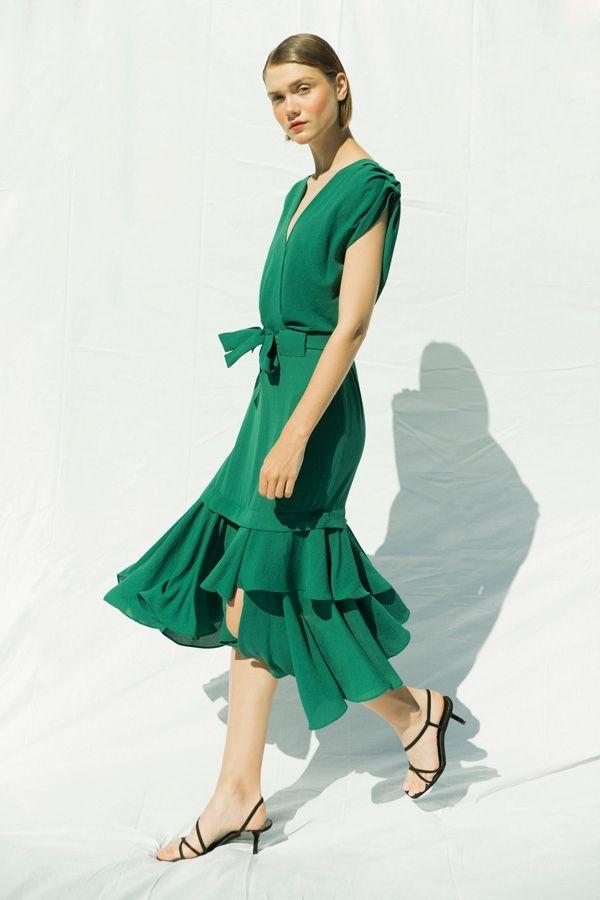 eb35c8eaea8 Vestido crepe verde de ANHET design. Escote cruzado. Mangas con tablas.  Corte en