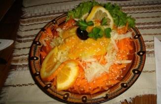 """Механа протестира срещу EVN с оригинална салата, която се предлага на символичната цена от 50 стотинки. Предястието, което се сервира в бургаско заведение, се казва енергийна салата """"Токов удар"""". Тя представлява микс от моркови, ябълки, портокал, сусам и лимонов дресинг. Вкусната салата е обявена само за 50 стотинки, но когато дойде сметката се оказва, че сумата за нея е набъбнала до 2.99 лeва. Собственикът е формирал ценообразуването по странната методика на ЕVN с огромна доза самоирония…"""
