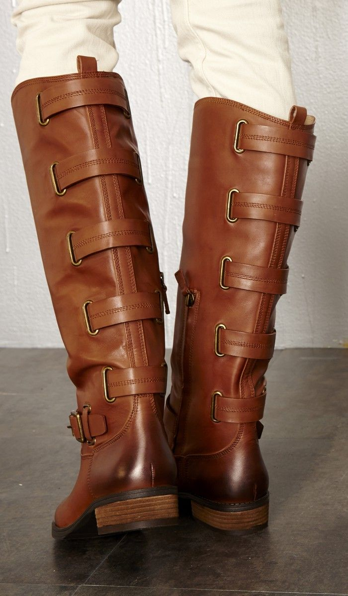 In LOVE with these boots and especially the straps that decorate the back!!