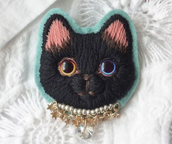 ハンドメイドマーケット minne(ミンネ)| 黒猫の毛糸刺繍のブローチ3匹目