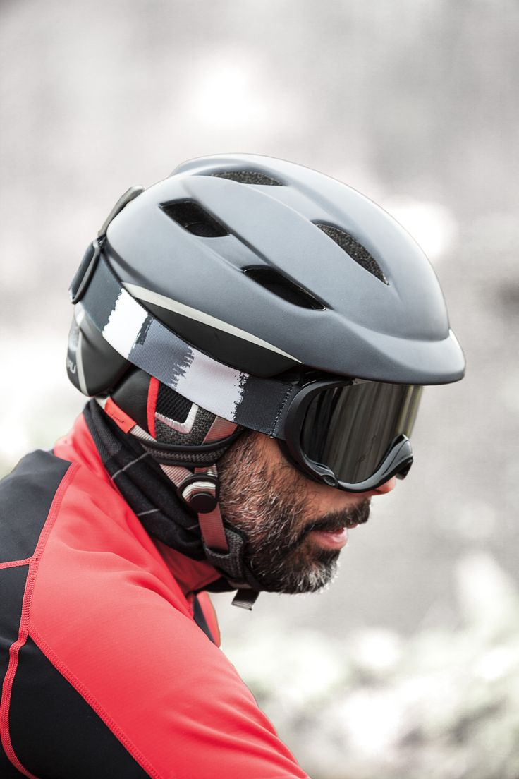 The Ghost helmet features the Spiderlock Creo retention system that can be easily adjusted using just one hand for a comfortable fit. The helmet's in-mold construction includes evacuation channels to ensure your head is well protected from impacts without overheating. Detachable earpads shield from the cold but can be removed for warmer winter conditions, and a rubber goggle fastener at the back keeps your goggles in place.