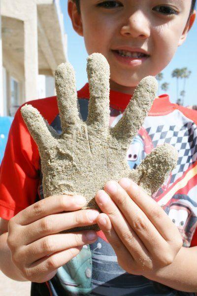 Gips handafdruk in zand