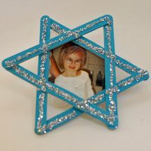 Chanukah craft with popsicle sticks ...thinking these would make great ornaments for our Christmakkuh tree :)