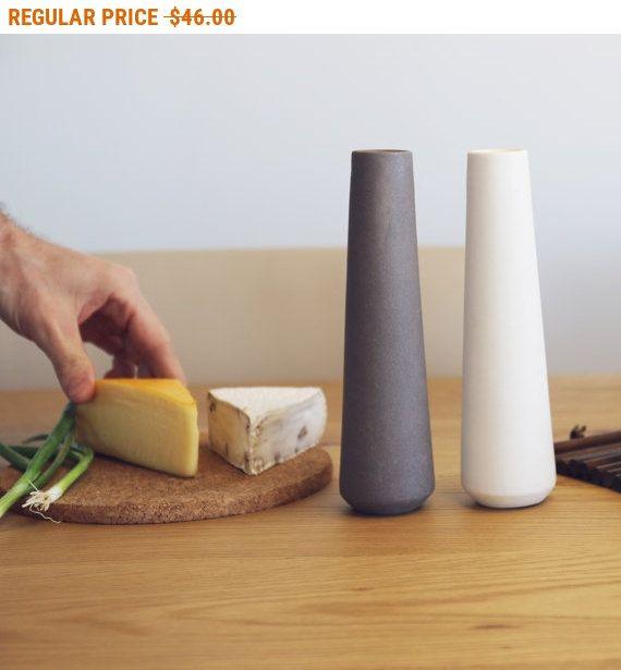 Keramik Salz & Pfefferstreuer, ein moderner Esstisch Mittelstück mit einem sauberen Matten finish. Hergestellt aus cremeweiss Keramik und Basaltfelsen Ton, bringen die Salz- & Pfefferstreuer einen ausgesprochen eleganten Akzent Abendessen Einstellungen oder Displays, die perfekte Mahlzeit begleiten.  > Material: Creme weiß Keramik, Basalt-Felsen  > Farben: Natürliche Basalt, cremeweiß  > Abmessungen: H: 7,6, Ø: 2,1 Zoll / H: 19,5, Ø: 5,5 cm  > Gewicht: 121 g.  > 3 Löcher für 1 Loch für…