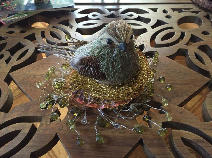 Pájaro en su nido navideño