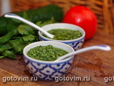 Испанский зеленый соус (mojo verde), как борщ или щи, готовят по одному рецепту, из одних и тех же продуктов, но у каждой хозяйки он получается разным. Все дело в деталях. Соус можно сделать чуть более острым или помягче, если уменьшить или увеличить долю уксуса, чеснока или оливкового масла. По желанию в зеленый соус добавляют перец – сладкий болгарский или чили.
