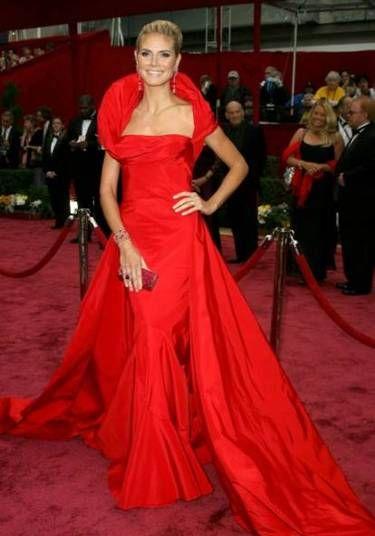 Heidi Klum é sempre uma figura esperada nos tapetes vermelhos. Em 2008, escolheu um longo vermelho de John Galliano para ganhar os holofotes