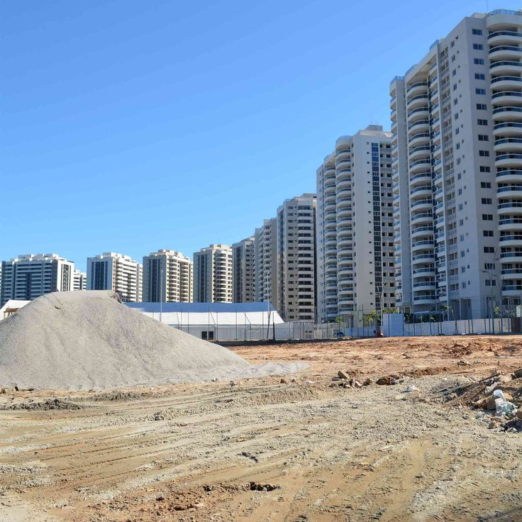 バーハ地区のオリンピックパークそばにある選手村。建物は完成しているが、周りはまだ更地のままだった。