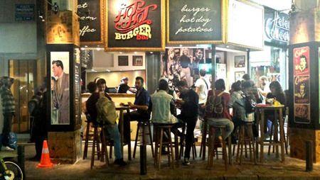 To πρώτο σε ανάπτυξη, πωλήσεις και κερδοφορία δίκτυο burger bar βάζει πλώρη για αγαπημένους ελληνικούς προορισμούς… και το νέο 24ωρο «στέκι» των καλοκαιρινών μας διακοπών είναι πια γεγονός! Καινοτόμο concept, ισχυρό brand name με ένα 24ωρο business model για όσους λοιπόν θέλουν να δημιουργήσουν τον απόλυτο 24ωρο casual γαστρονομικό προορισμό και για τις… καλοκαιρινές μας εξορμήσεις.