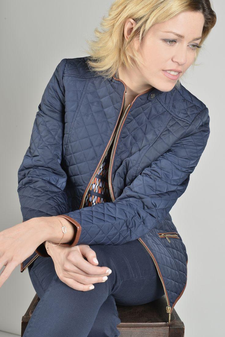 Nîmes parka  Réf :  16VE5512    Veste matelassée d'inspiration équestre confortable et casual. Les ganses en cuir cognac lui donnent une touche furieusement chic. Encolure arrondie et nippée devant ainsi que les poches. A porter avec un jeans ou une jupe.    #Antonelle  #clothing #lookoftheday #womenswear #blouson #blue #newlook