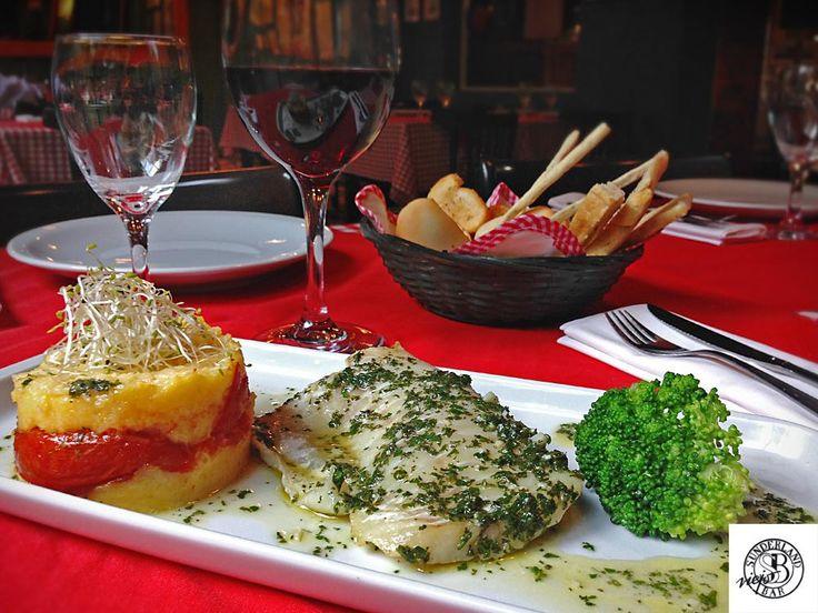Abadejo en salsa verde con tian de polenta y tomate asado.