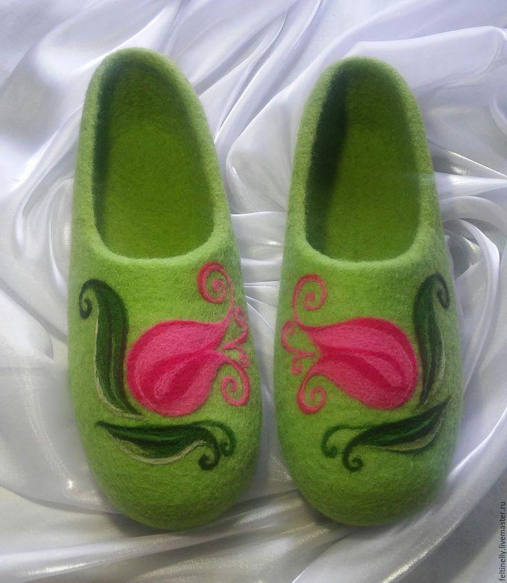 Тюльпаны.  Тапочки, валяные из 100% шерсти, подшиты натуральной кожей. Рисунок выполнен в технике сухого валяния. Handmade.