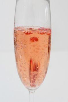 Heute zeige ich euch meinen aktuellen Lieblings-Drink: Sekt, Granatapfel und Zimt - eine glamourös leckere Mischung. Als Apéritif zum Ca...