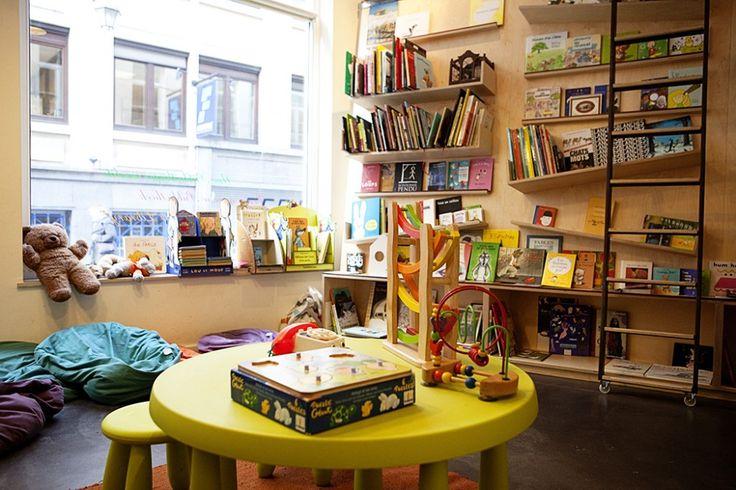 Le Wolf is het Brusselse huis voor jeugdliteratuur, uitgerust met een puike boekenwinkel én een bar die luistert naar de naam Roodkapjes Eetzaal. Hier plaats je sprookjesachtig klinkende bestellingen als Zwarte Heksenthee, een Bord van Mama Beer of Heerlijkheden van...