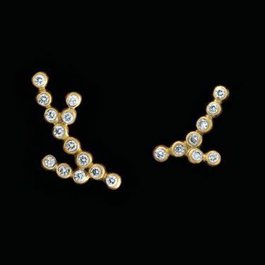 Billede – 18k. Guld 13 kugler og 8 kugler med brillanter 13250 kr. Grenene fås i forskellige str. med og uden brillanter. 500 kr. pr. 0,01 brillant inkl. infatning. Sølv ørering stk. pris. 1 kugle  –  200 kr. 3 kugler  –  250 kr. 5 kugler  –  300 kr. 8 …