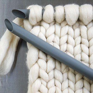 Lontwol breien met 32 mm pvc buis, verbonden met tuinslang