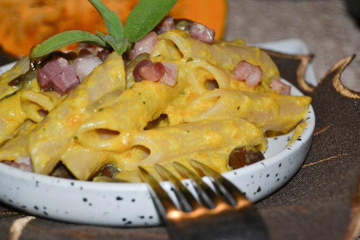 Le penne con funghi, pancetta e crema di zucca sono un primo piatto gustoso e facile da preparare. Ecco la ricetta ed alcuni consigli